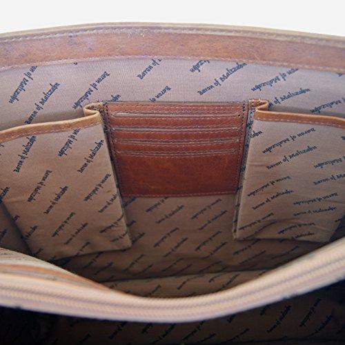 Un intérieur organisé et soigné pour ce cartable en cuir huilé du designer Marco Baron of Maltzahn.