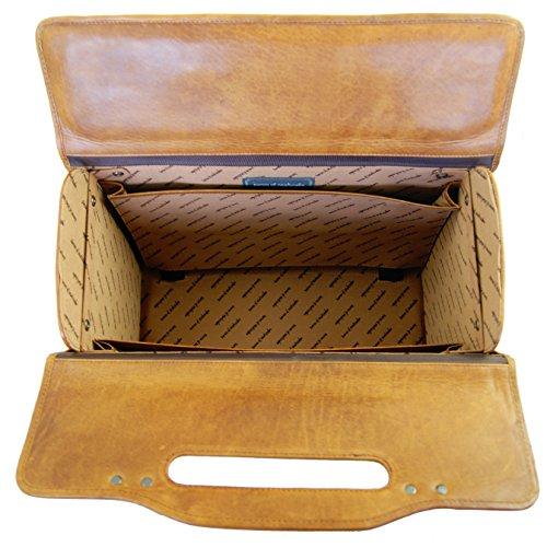 Bel intérieur soigné pour cette valise pilote au look rétro et intemporel avec son cuir Cognac et ses poches latérales. Design intelligent, un vrai régal pour tous les professionnels qui voyagent.